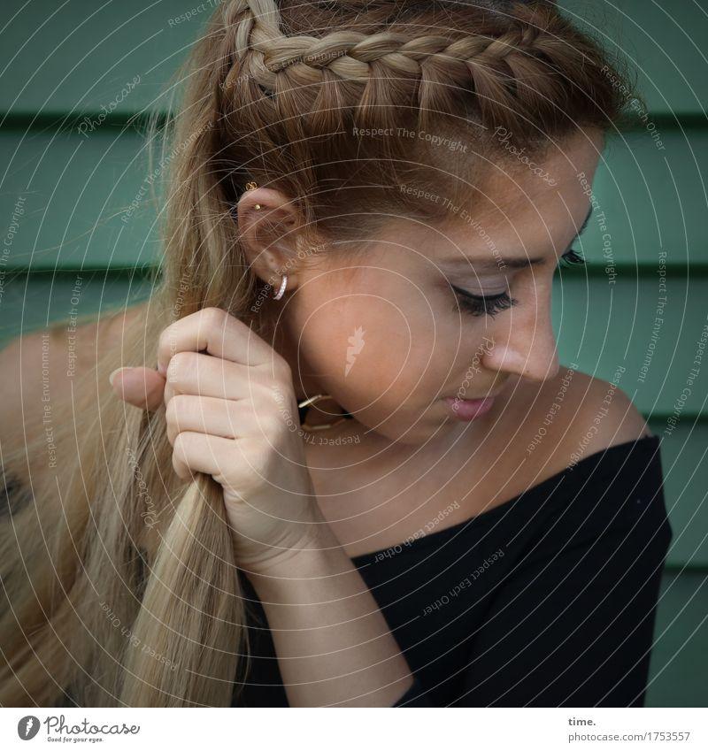 . Mensch schön Wand Leben feminin Mauer Denken Haare & Frisuren elegant blond ästhetisch Kreativität beobachten Romantik festhalten Vertrauen