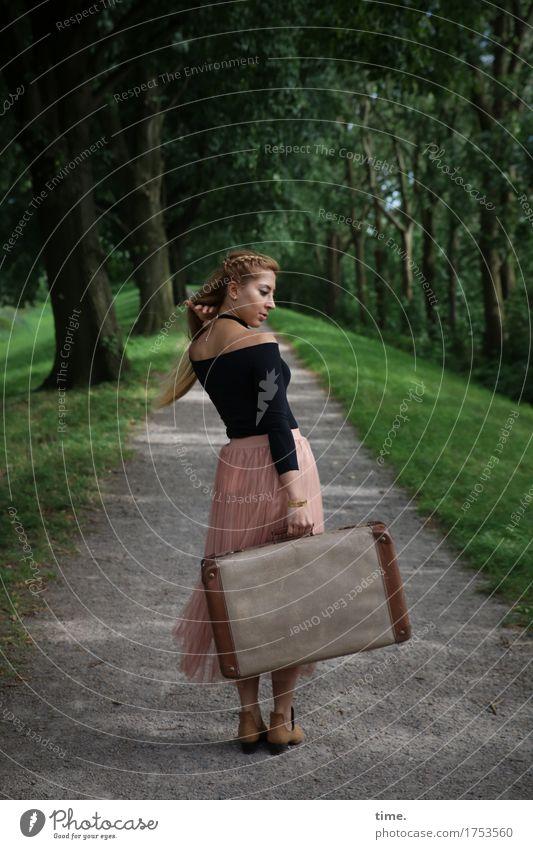 . feminin 1 Mensch Schönes Wetter Baum Park Allee Hemd Rock blond langhaarig Koffer beobachten drehen gehen Blick stehen warten schön Wachsamkeit Leben