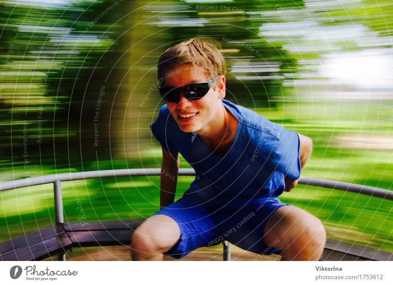 Jetzt geht´s rund Mensch Jugendliche blau grün Freude lustig Gesundheit Junge Spielen lachen Glück wild Park frei leuchten frisch