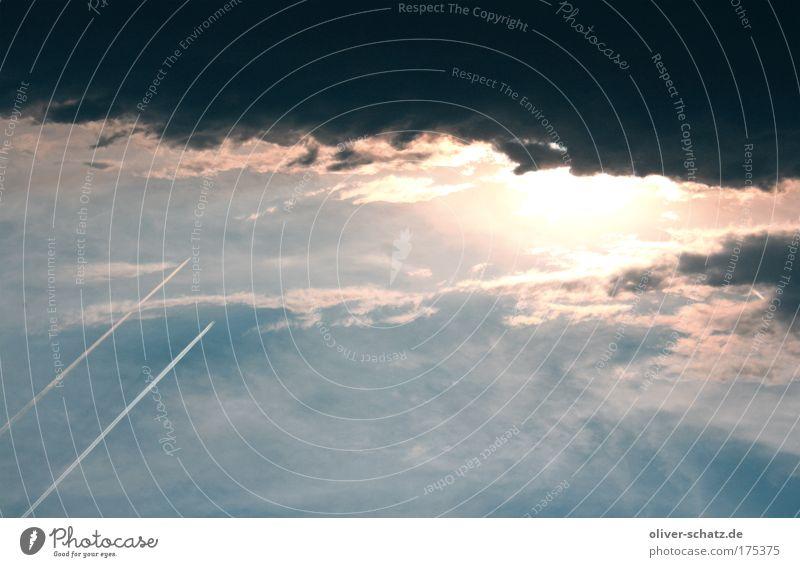 Flug ins Ungewisse Farbfoto Luftaufnahme Abend Himmel Wolken Gewitterwolken schlechtes Wetter Unwetter Luftverkehr Wolkenhimmel Sonnenuntergang Kondensstreifen