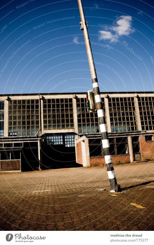 SCHRÄGES DING Farbfoto Außenaufnahme Menschenleer Textfreiraum oben Tag Schatten Kontrast Sonnenlicht Schwache Tiefenschärfe Froschperspektive Himmel Wolken