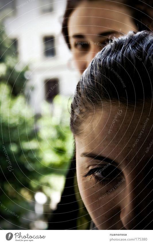 Farbfoto Außenaufnahme Nahaufnahme Abend Kontrast Mensch feminin Frau Erwachsene Haut Kopf Haare & Frisuren Gesicht Auge Nase 2 Ekel Zusammensein trist Gefühle