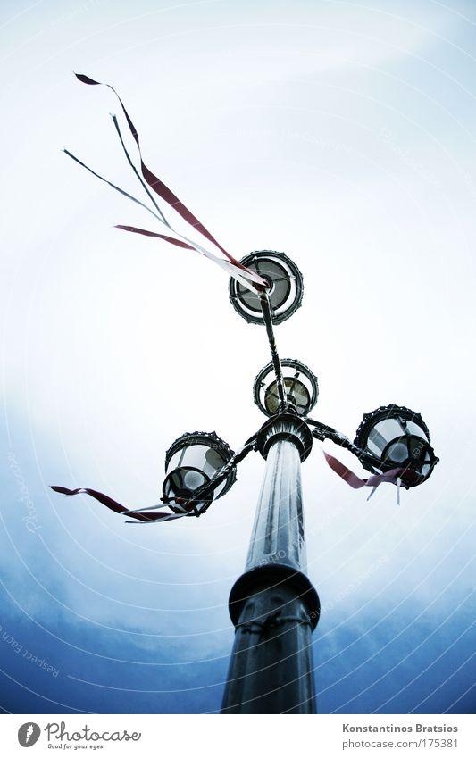 alte Funzel Himmel weiß blau schwarz Wolken dunkel Wege & Pfade Metall Wind Wandel & Veränderung Laterne Nostalgie Straßenbeleuchtung Schleife wehen