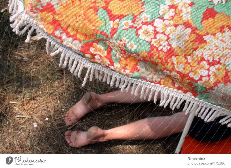 Mittagspause Sommerurlaub Mensch Mann Erwachsene Fuß 1 Erde Sonnenschirm Erholung liegen Ferien & Urlaub & Reisen schlafen träumen heiß mehrfarbig Zufriedenheit