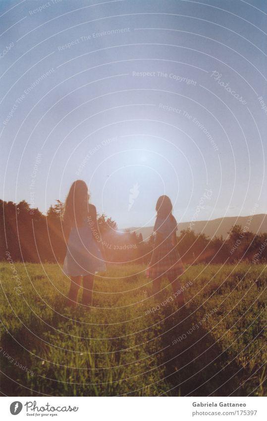 Sonnensog Freiheit Mädchen 2 Mensch Natur Erde Himmel Schönes Wetter Wiese Hügel Rock Kleid Haare & Frisuren Bewegung Zusammensein Glück Unendlichkeit dünn