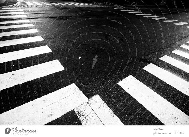 quadratur des kreisverkehrs Stadt ruhig Verkehr Ordnung Asphalt Verkehrswege Autofahren Fußgänger Straßenkreuzung Schwarzweißfoto Zebrastreifen Fußgängerübergang