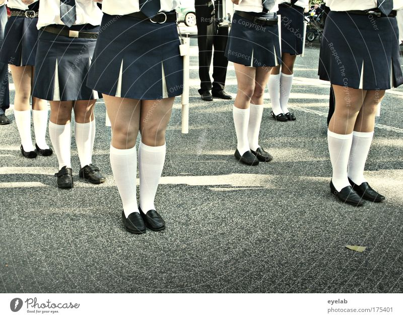 Ist Marschieren Mädchensache ? Mensch Jugendliche Straße feminin Musik Menschengruppe Fuß Beine Zufriedenheit Ordnung Team Show Rock Band Nostalgie Tradition