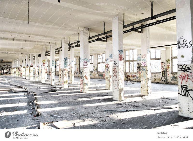 Ein Drittel Tryptichon Menschenleer Weitwinkel Industrie Arbeitslosigkeit Industrieanlage Fabrik Ruine Halle Beton Graffiti alt dreckig groß hell kaputt weiß