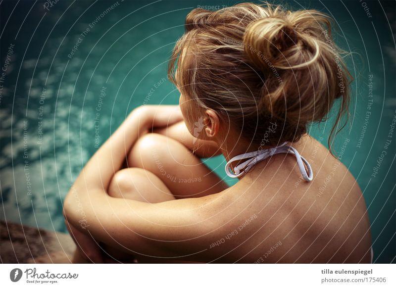 entrückt. Mensch Frau Jugendliche blau Wasser schön Sommer ruhig Erwachsene Erholung feminin Leben Freizeit & Hobby sitzen warten 18-30 Jahre
