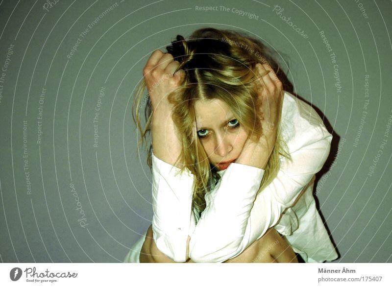 Adieu tristesse... Frau Mensch Jugendliche Hand Erwachsene Gesicht Auge feminin Gefühle Kopf Haare & Frisuren Beine blond Mund Arme Haut