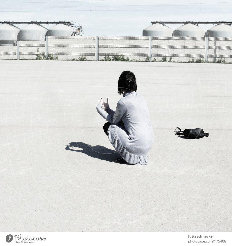 Sit and wait Frau hell grau Sonne Schatten Kontrast warten hocken sitzen Einsamkeit Tasche Handtasche Beton Platz Industriegelände Rücken Pause ruhig Frieden