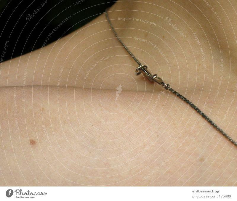 Schlüsselbein mit Accessoire schön hell Haut ästhetisch zart Schmuck Halskette zerbrechlich Anatomie