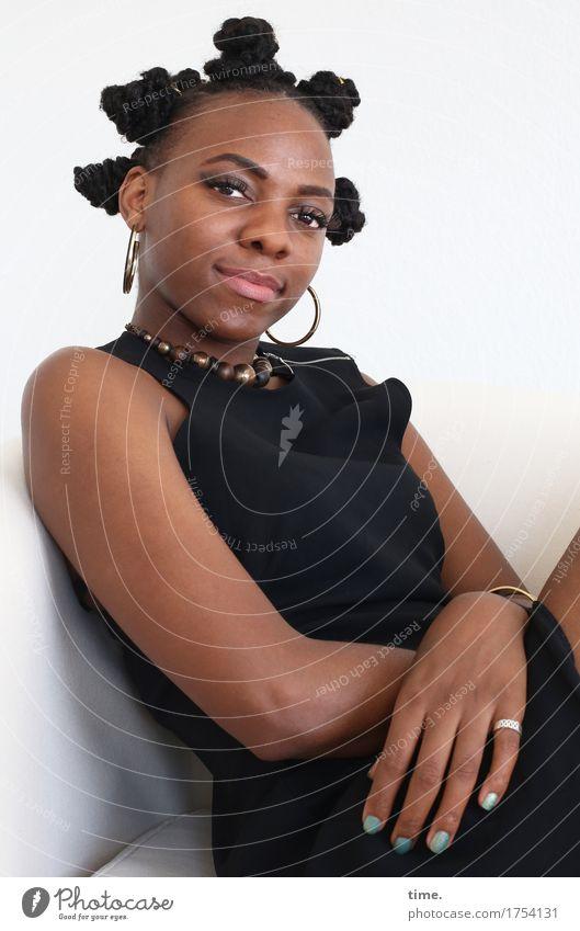 Tash Sessel feminin Frau Erwachsene 1 Mensch Kleid Schmuck Ring Ohrringe Halskette Haare & Frisuren schwarzhaarig langhaarig beobachten Denken Blick sitzen