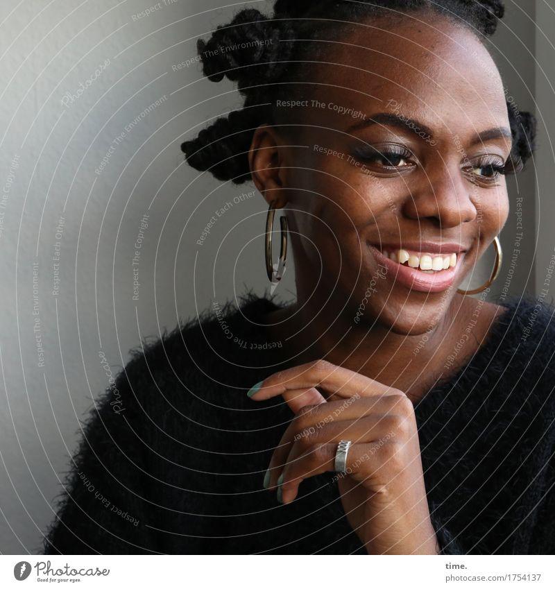 . Raum feminin 1 Mensch Pullover Schmuck Ring Ohrringe Haare & Frisuren schwarzhaarig kurzhaarig Locken Afro-Look Blühend Erholung Lächeln lachen Blick warten