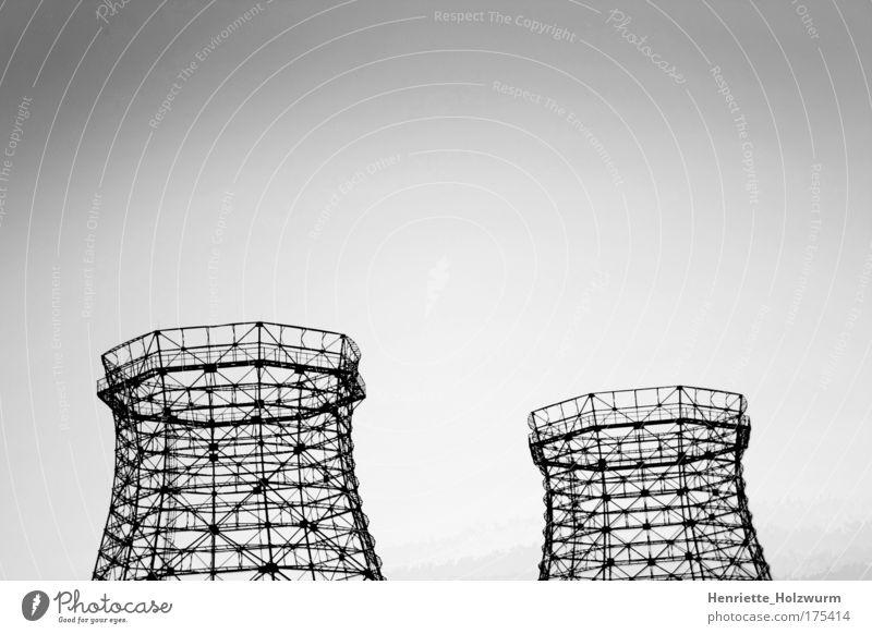 Rohbau Schwarzweißfoto Außenaufnahme Menschenleer Kernkraftwerk Industrie Kunst Kultur Luft Wolkenloser Himmel Industrieanlage Turm Bauwerk Gebäude bauen
