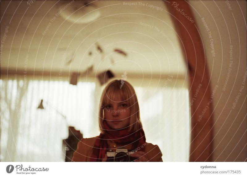 Self Frau Mensch Jugendliche schön Einsamkeit ruhig Gesicht Erwachsene Leben Gefühle Kopf Traurigkeit träumen Zeit Freizeit & Hobby Fotografie