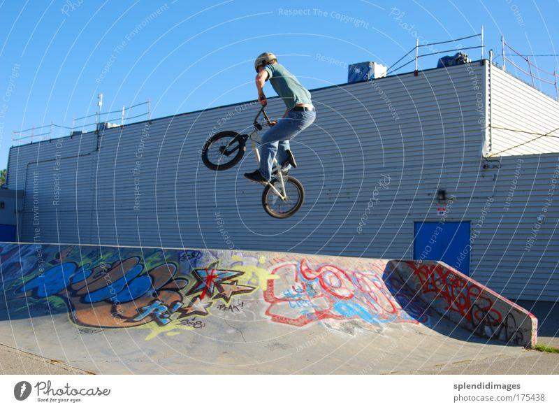 BMX-Sprung Farbfoto Außenaufnahme Tag Froschperspektive Weitwinkel Sport Fahrradfahren Rampe Skateplatz Junger Mann Jugendliche 18-30 Jahre Erwachsene Graffiti