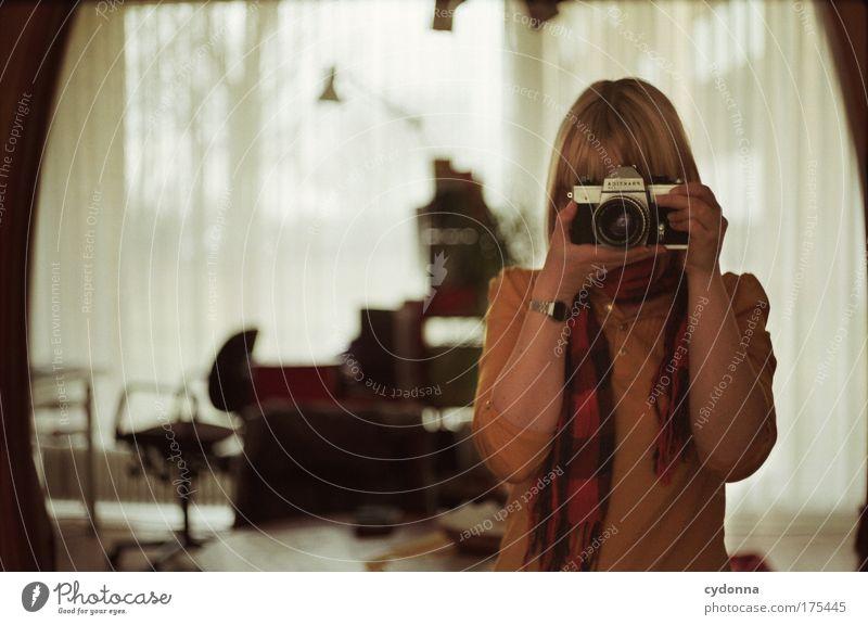 Self I Frau Mensch schön ruhig Einsamkeit Erwachsene Ferne Leben Gefühle Traurigkeit träumen Zeit Freizeit & Hobby Wohnung Fotografie Häusliches Leben