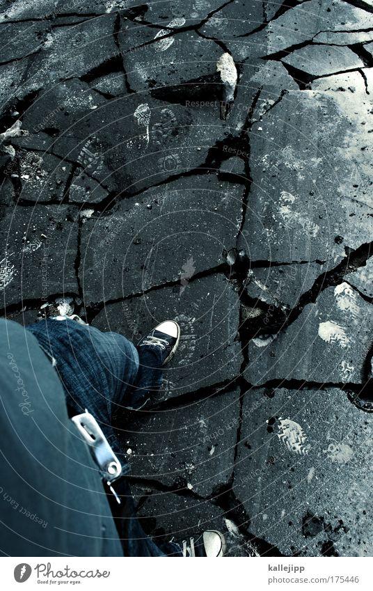 dieser weg wird kein leichter sein... Mensch Mann Einsamkeit Erwachsene Straße Tod Wege & Pfade Traurigkeit gehen Angst laufen Verkehr Baustelle Trauer