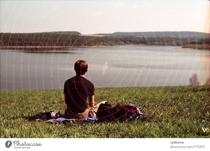 Sommer Farbfoto Außenaufnahme Textfreiraum rechts Textfreiraum oben Tag Kontrast Sonnenlicht Schwache Tiefenschärfe Zentralperspektive Oberkörper Rückansicht