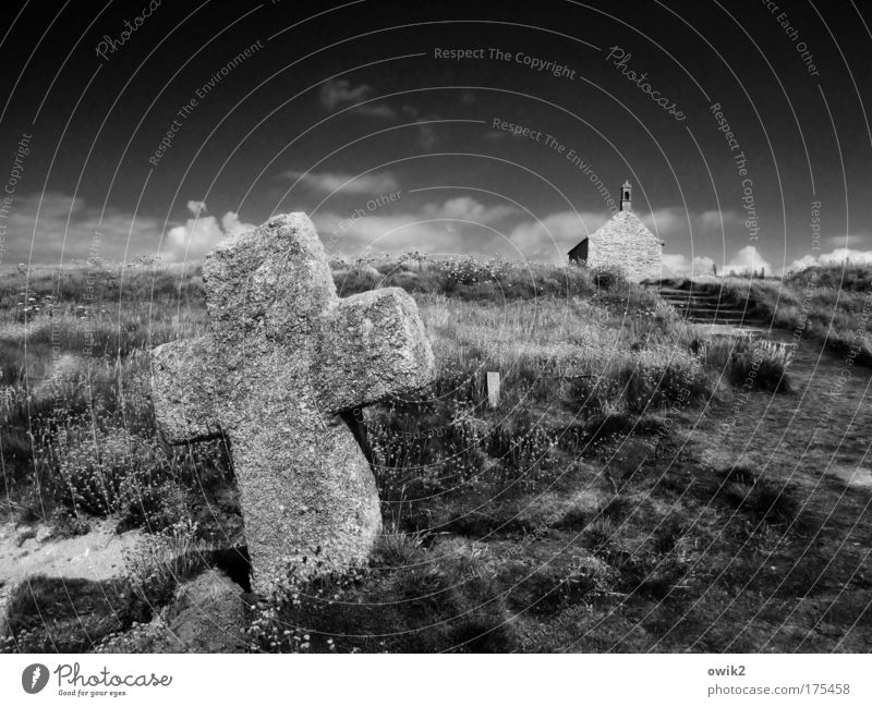 Kreuz und Quelle Himmel Natur alt Pflanze Wolken Landschaft Gras Sand Küste Gebäude Erde Klima Sträucher Religion & Glaube Bauwerk Christliches Kreuz