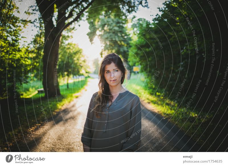 moi feminin Junge Frau Jugendliche 1 Mensch 18-30 Jahre Erwachsene Schönes Wetter schön natürlich grün Farbfoto Außenaufnahme Tag Gegenlicht