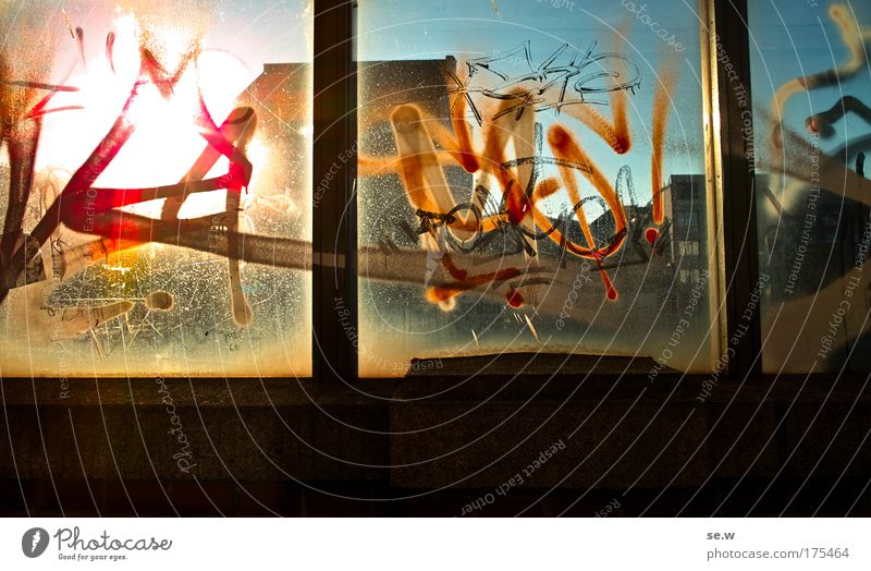 Man kann ja immer noch durchsehen! Graffiti Glas Kreativität Bahnhof Licht Hauptstadt protestieren Öffentlicher Personennahverkehr