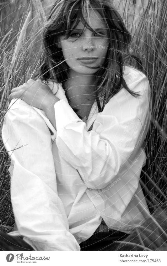 she Mensch Jugendliche schön Pflanze Sommer Strand ruhig Erwachsene Erholung feminin Leben Gras Haare & Frisuren Traurigkeit Luft sitzen