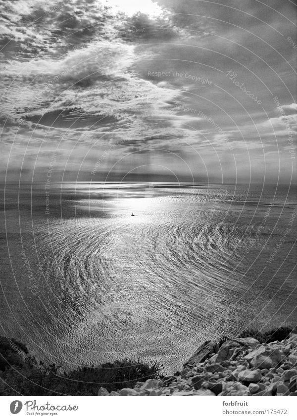……abgetrieben… Schwarzweißfoto Außenaufnahme Menschenleer Tag Licht Schatten Kontrast Reflexion & Spiegelung Sonnenlicht Sonnenstrahlen Panorama (Aussicht)