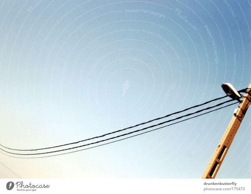 Stromlinien Farbfoto Außenaufnahme abstrakt Textfreiraum oben Textfreiraum unten Tag Sonnenlicht Kabel hängen Elektrizität Lampe Straße Leitung Himmel Mast