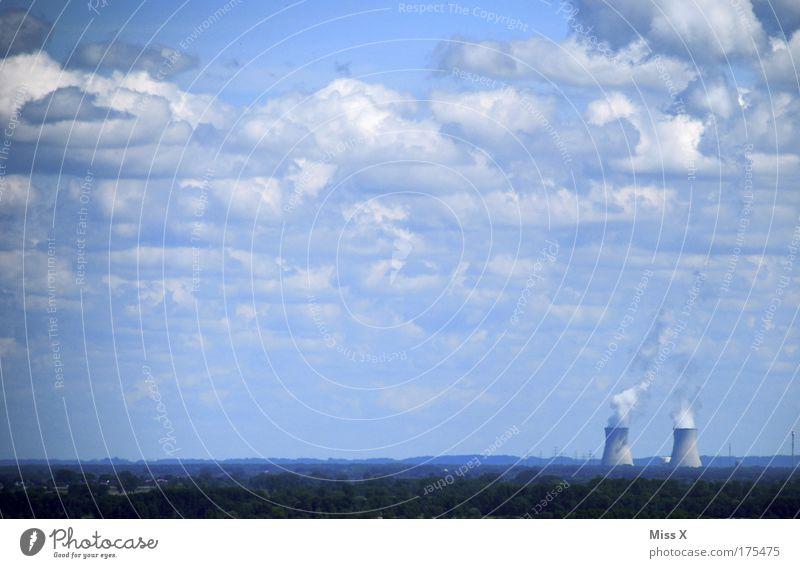 Es raucht wieder Farbfoto Gedeckte Farben Außenaufnahme Menschenleer Morgen Tag Wolken Klimawandel Wetter Schönes Wetter schlechtes Wetter Wind Industrieanlage