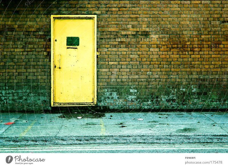 room 101 alt Stadt Haus Einsamkeit gelb dunkel kalt Wand Stein Mauer Gebäude dreckig Architektur Tür trist