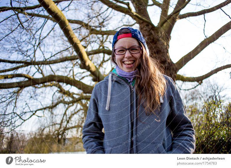 Da lacht sie nur, das Mädchen mit der Schirmmütze Ausflug Mensch feminin Junge Frau Jugendliche Erwachsene 1 18-30 Jahre Bekleidung Pullover Mütze Brillenträger