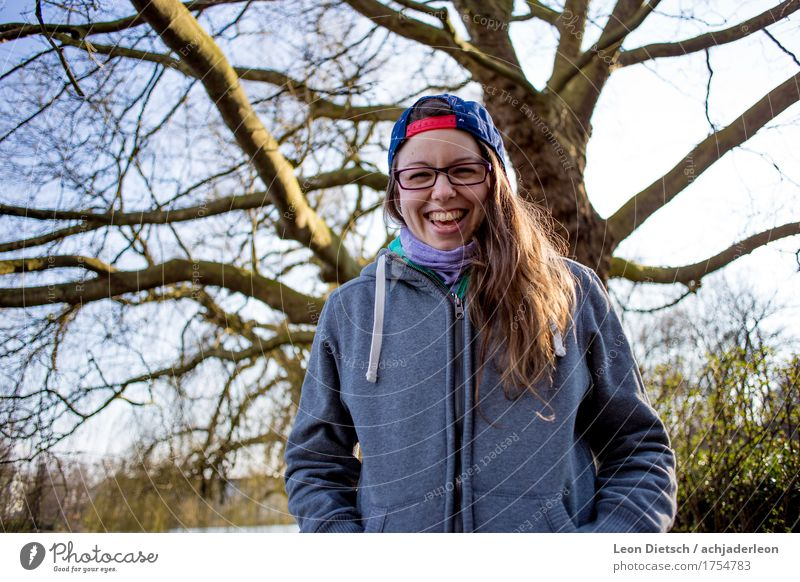 Da lacht sie nur, das Mädchen mit der Schirmmütze Mensch Frau Jugendliche blau Junge Frau Baum Freude Winter 18-30 Jahre Erwachsene Herbst feminin lachen Glück