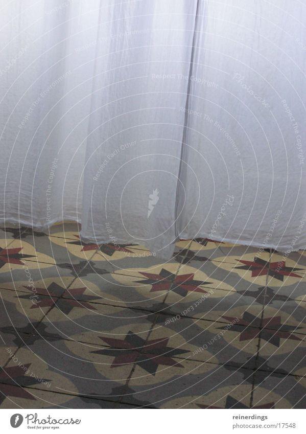 vorhang_fällt Vorhang Muster Fenster Licht Leichtigkeit Stoff Steinboden Luft Architektur Fliesen u. Kacheln Bodenbelag Tür fliesenboden