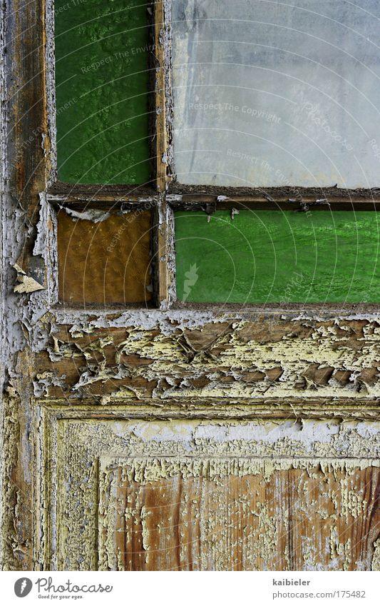 Auf der Wetterseite des Lebens alt grün Holz braun Tür Wetter Vergänglichkeit verfallen Verfall Vergangenheit Lack Glasscheibe Loggia Farbrest