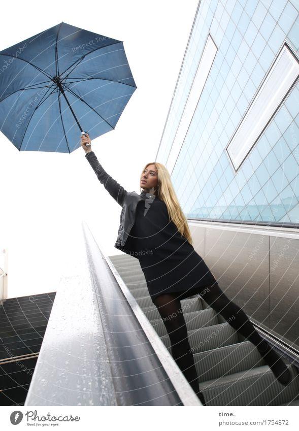. Mauer Wand Treppe Rolltreppe Kleid Jacke Regenschirm blond langhaarig Bewegung festhalten stehen schön feminin Zufriedenheit Lebensfreude selbstbewußt Mut