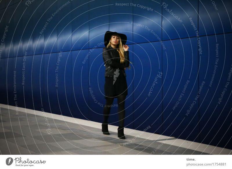 . Mensch schön ruhig dunkel Wand Wege & Pfade feminin Mauer gehen elegant blond ästhetisch stehen warten beobachten Coolness