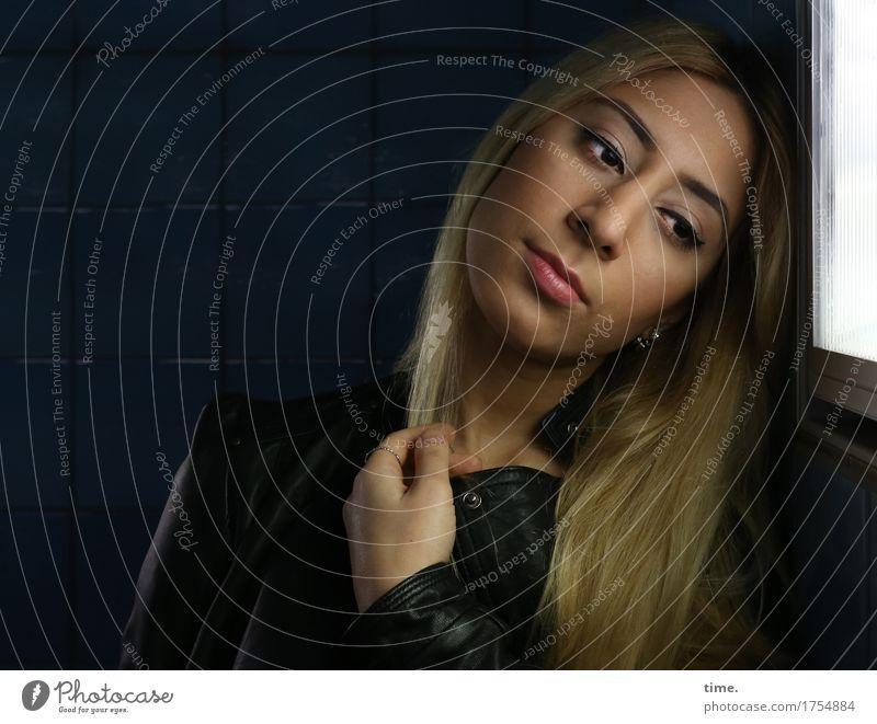 . feminin 1 Mensch Mauer Wand Lichtschacht Jacke Lederjacke blond langhaarig beobachten berühren Denken Blick träumen Traurigkeit warten dunkel schön Sicherheit