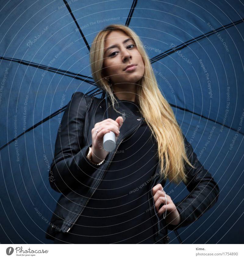 . feminin 1 Mensch Pullover Jacke Lederjacke Regenschirm blond langhaarig beobachten Blick stehen warten schön selbstbewußt Willensstärke Mut Wachsamkeit