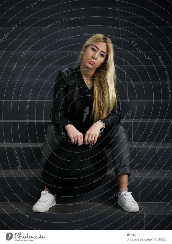 . feminin 1 Mensch Treppe Hose Jacke Schmuck Kette Schuhe blond langhaarig beobachten Denken Blick sitzen warten schön selbstbewußt Vorsicht Gelassenheit
