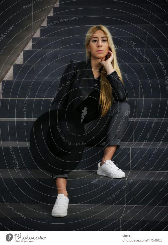 . Mensch schön Wand Wege & Pfade feminin Mauer Zeit Denken Treppe blond Ordnung sitzen warten beobachten Coolness Schutz