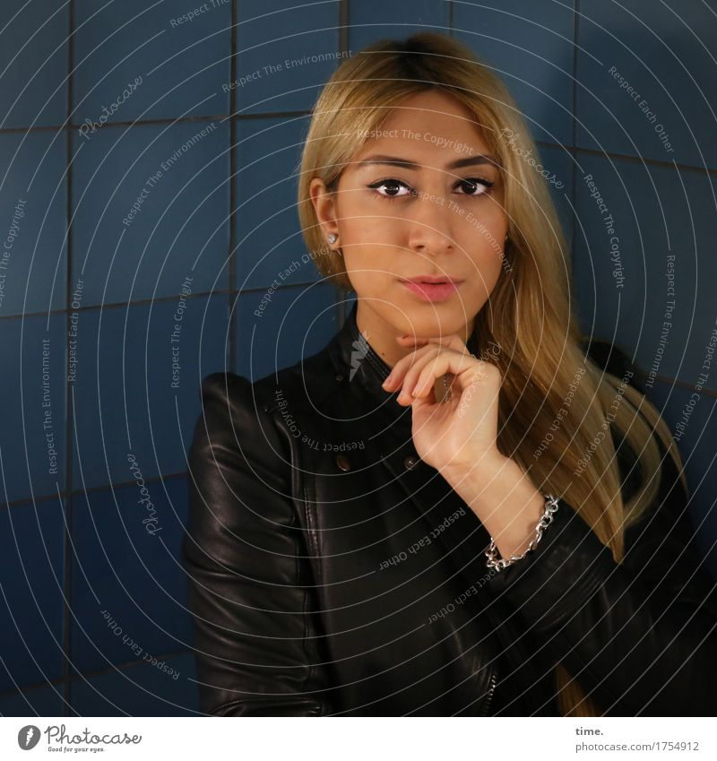 . feminin 1 Mensch Mauer Wand Fliesen u. Kacheln Jacke Lederjacke Schmuck blond langhaarig beobachten Denken festhalten Blick warten außergewöhnlich