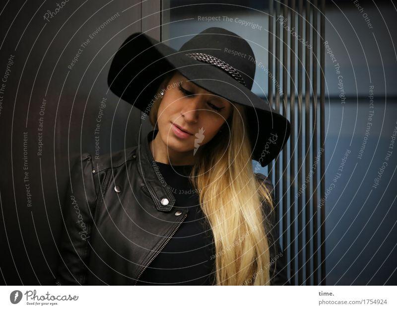 . Mensch Frau Stadt schön ruhig Erwachsene feminin Denken blond stehen warten beobachten Neugier Sicherheit Gelassenheit Hut