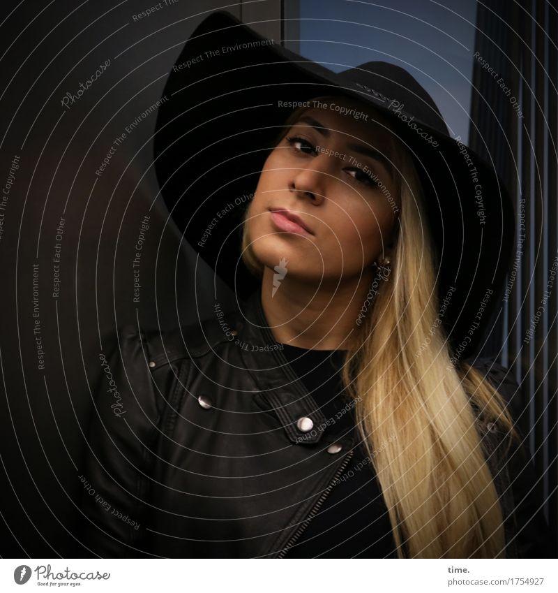 . feminin 1 Mensch Fahrstuhl Jacke Lederjacke Hut blond langhaarig beobachten Denken Blick warten schön selbstbewußt Coolness Willensstärke Verschwiegenheit