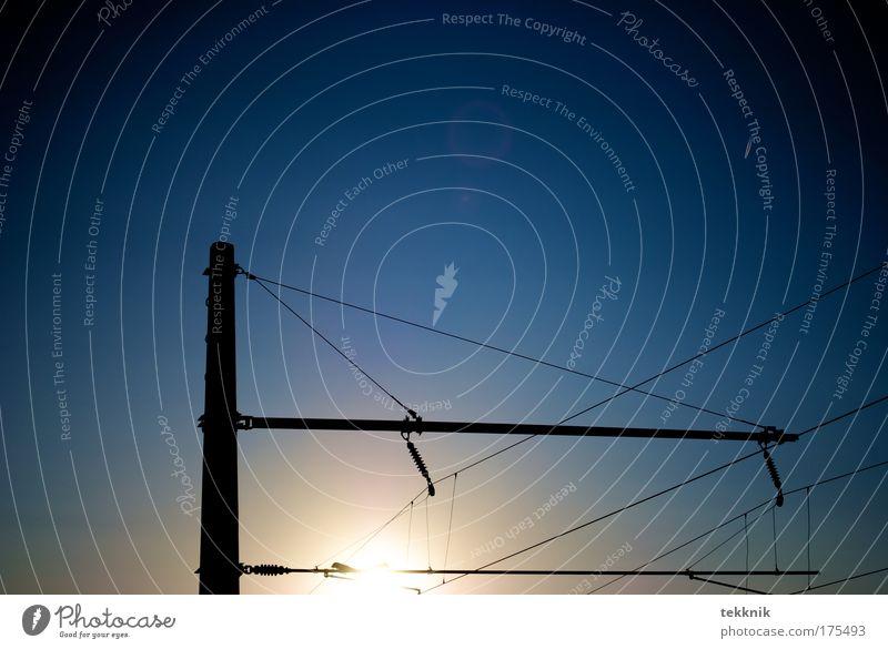 Mit der Bahn in Richtung Sonne Farbfoto Außenaufnahme Textfreiraum oben Dämmerung Licht Kontrast Silhouette Lichterscheinung Sonnenlicht Sonnenstrahlen