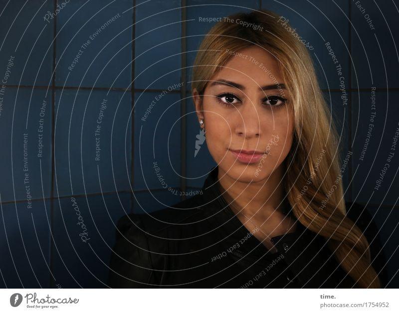 . feminin Frau Erwachsene 1 Mensch Ohrringe blond langhaarig Fliesen u. Kacheln beobachten Denken Blick warten schön selbstbewußt Kraft Willensstärke
