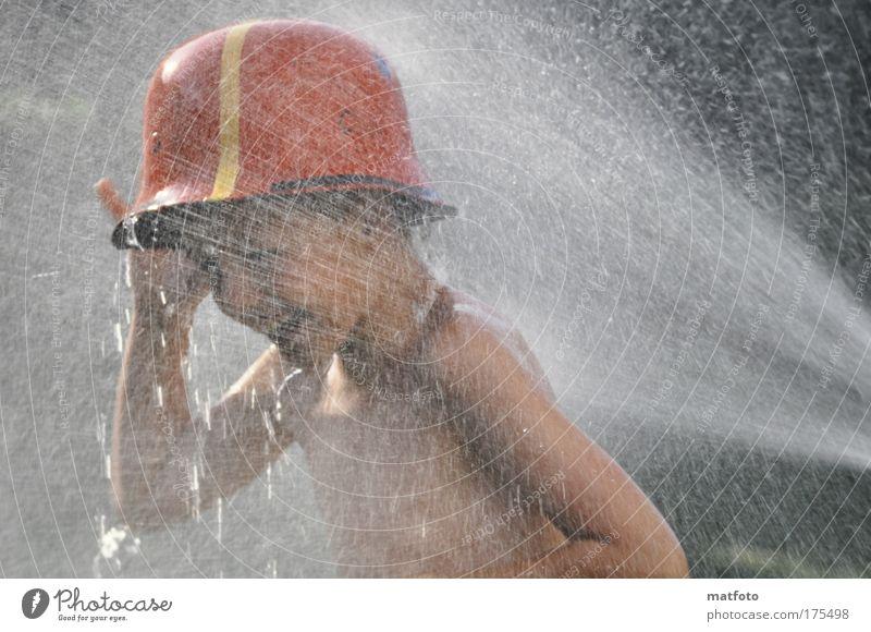 Sommerspaß Mensch Kind Wasser rot Ferien & Urlaub & Reisen Freude Erholung Spielen Glück Garten Stimmung Kindheit Schwimmen & Baden nass maskulin