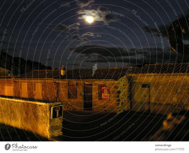 mondnacht Nacht Sommernacht Frankreich Süden Wolken Vollmond Sandstein blau Nachthimmel Haus Mauer Europa vogüé Schilder & Markierungen Mond Himmel Tür