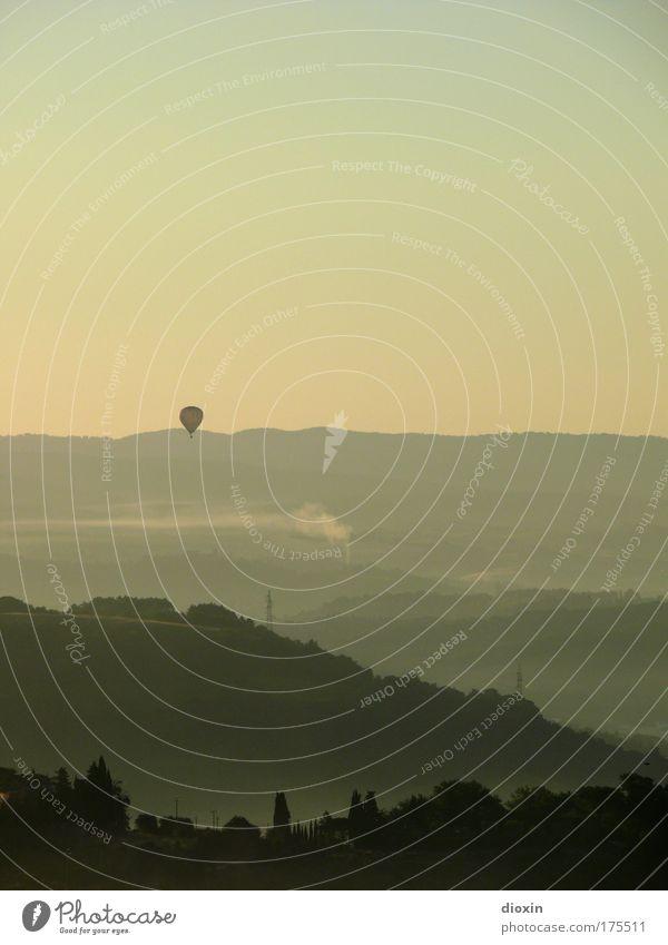 mattina in Toscana (4) Farbfoto Gedeckte Farben Außenaufnahme Menschenleer Textfreiraum oben Morgendämmerung Schatten Kontrast Silhouette Sonnenaufgang